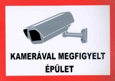 Kamerával megfigyelt épület /tábla/